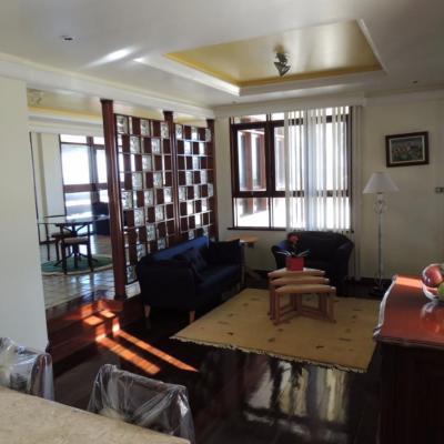 Casa com quatro quartos sendo que três suítes em Pituaçu