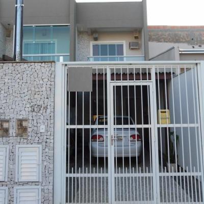 Sobrado Semi Novo situado em Rua Pavimentada