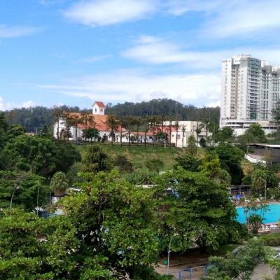 Lindo apartamento no Via 21 - Varanda, 2 Quartos (1 Suite) com Vaga de Garagem - Rua Vinte e Um, Vila Santa Cecília, Volta Redonda - RJ